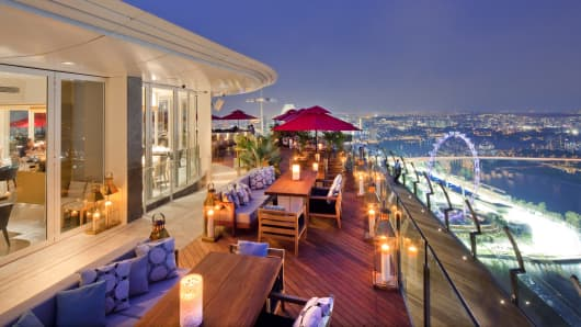 Ce La Vi restaurant, overlooking the Singapore skyline.