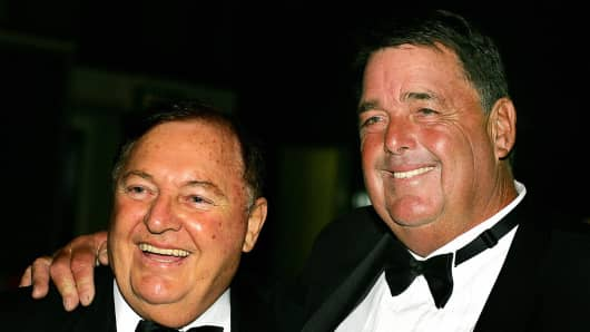 Australian businessman and sailing identity, Alan Bond (left).