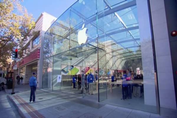 Apple employees take a bite out of Cook