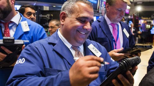 Dow closes above 25,000 for the first time since March as US-China trade war is placed 'on hold' (cnbc.com)