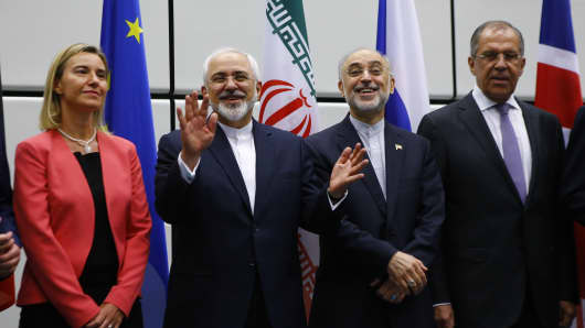 Iranian Foreign Minister Mohammad Javad Zarif (2nd L) gestures next to High Representative of the European Union for Foreign Affairs and Security Policy Federica Mogherini (L), Iranian ambassador to IAEA Ali Akbar Salehi (2nd R) and Russian Foreign Minister Sergey Lavrov (R) as they pose for a family photo in Vienna, Austria 14 July, 2015.