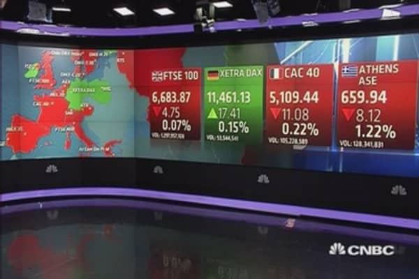 Europe closes slightly lower; earnings weigh