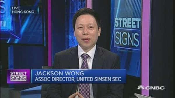 Hong Kong benefits as China freezes IPOs