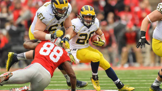 Drake Johnson #20 of the Michigan Wolverines runs with the ball against the Ohio State Buckeyes at Ohio Stadium on November 29, 2014 in Columbus, Ohio. Ohio State defeated Michigan 42-28.