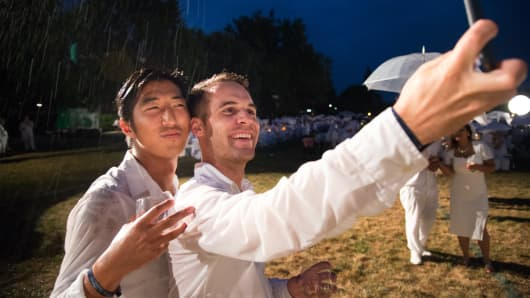 Rain doesn't stop selfies at Diner en Blanc.