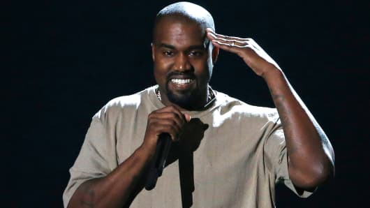 Kanye West accepts the Video Vanguard Award at the 2015 MTV Video Music Awards in Los Angeles, August 30, 2015.