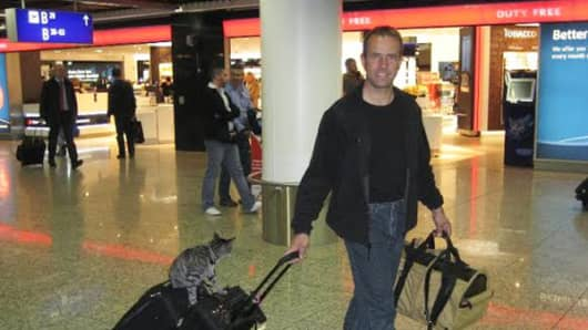 Marco Feldhoff with Cuddly the cat at Frankfurt International Airport