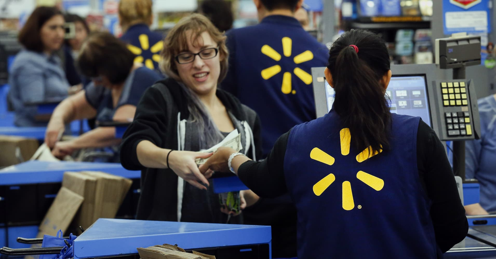 Walmart to raise its starting wage to $11, give some employees bonuses following tax bill passage