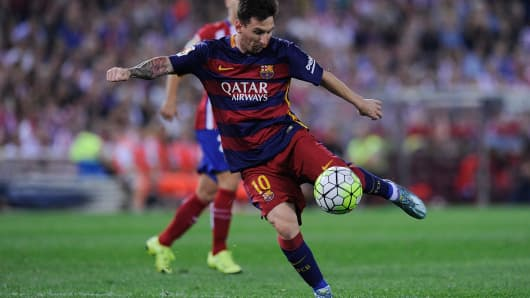 Lionel Messi of FC Barcelona shoots at goal during the La Liga match between Club Atletico de Madrid and FC Barcelona at Vicente Calderon Stadium on September 12, 2015 in Madrid, Spain.