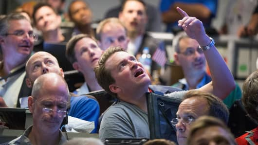 Traders in the Standard & Poor's 500 stock index options pit at the Chicago Board Options Exchange (CBOE) watch monitors in the trading pit for news to break on the Federal Reserve's decision on interest rate on September 17, 2015 in Chicago, Illinois.