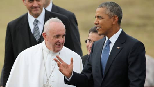 Pope Francis is escorted by U.S. President Barack Obama (R) after arriving from Cuba September 22, 2015 at Joint Base Andrews, Maryland.
