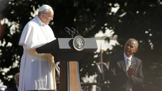 President Barack Obama (R) applauds Pope Francis speaks during an arrival ceremony for the pope at the White House in Washington September 23, 2015.