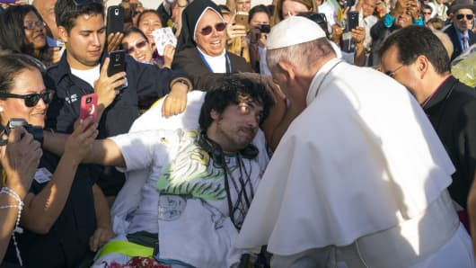 Pope Francis meets with Gerard Gubatan of Brooklyn during his arrival at John F. Kennedy International Airport September 24, 2015 in New York City.