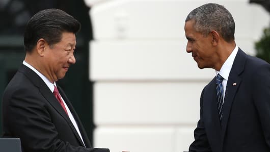 U.S. President Barack Obama (R) shakes hands with Chinese President Xi Jinping during a state arrival ceremony on the south lawn of the White House grounds September 25, 2015 in Washington, DC.