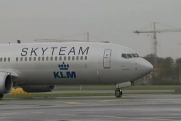 Scottish man tries to open plane door mid flight & KLM passenger mistakes plane door for toilet: Report Pezcame.Com