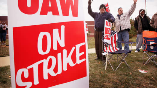 United Auto Workers (UAW) walk a picket line at a Chrysler parts distribution center October 10, 2007, in Naperville, Ill.