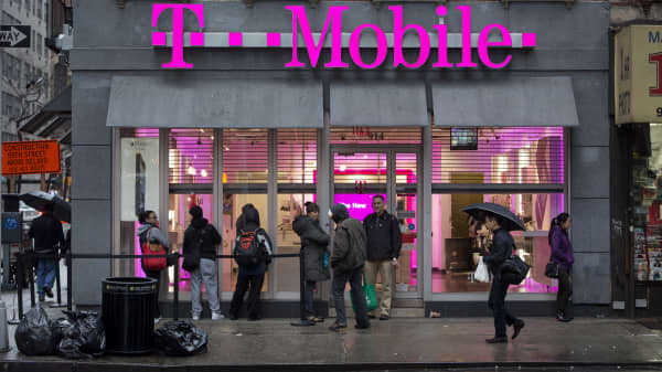Customers line outside a T-Mobile USA Inc. retail location in New York. (File Photo).