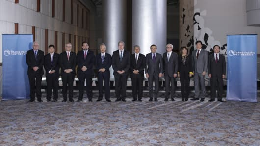 "Trade ministers from a dozen Pacific nations in Trans-Pacific Partnership Ministers meeting post in TPP Ministers ""Family Photo"" in Atlanta, Georgia October 1, 2015. Trade ministers from a dozen Pacific nations meeting in Atlanta extended talks on a sweeping trade deal until Saturday in a bid to get a final agreement on the most ambitious trade pact in a generation."