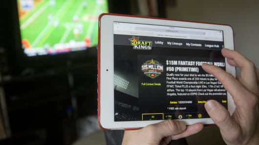 Fantasy sports companies DraftKings Inc. and FanDuel Inc. raised a total of $575 million in July from investors including KKR & Co., 21st Century Fox Inc. and Major League Baseball to attract players to games that pay out millions of dollars in cash prizes in daily contests.