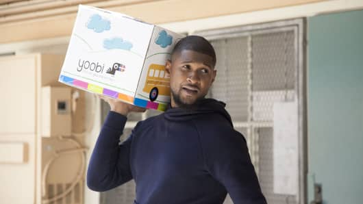 Usher delivers Yoobi supplies to Hillcrest Elementary School in LA.