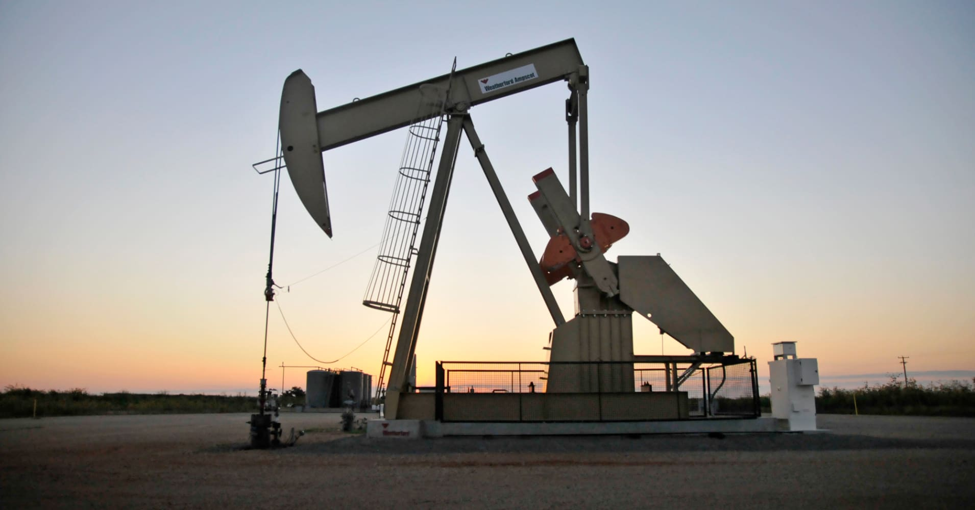 Oil prices fall as US output rise outweighs crude stock falls