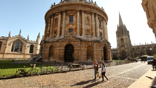 Students walk past the Radcliffe Camera building in Oxford city centre as Oxford University commences its academic year on October 8, 2009 in Oxford, England.