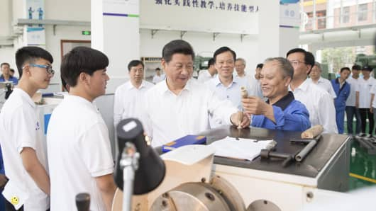 Chinese President Xi Jinping [3rd L front] visits Guizhou Machinery Industry School, a vocational college, in Guiyang, capital of southwest China's Guizhou Province, June 17, 2015.