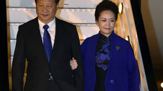 Chinese President Xi Jinping and his wife Peng Liyuan arrive for a four-day state visit in the U.K. on October 19, 2015.