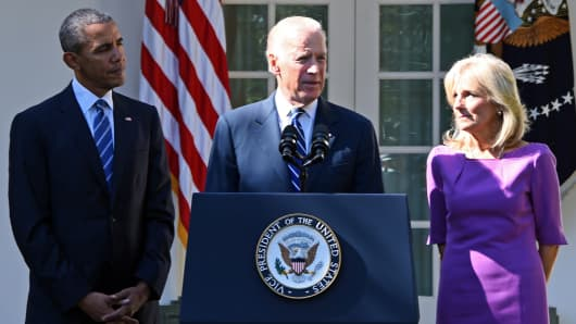 Vice President Joe Biden (C), flanked by US President Barack Obama (L) and his wife Jill Biden (R), speaks in the Rose Garden at the White House on October 21, 2015, in Washington, DC.