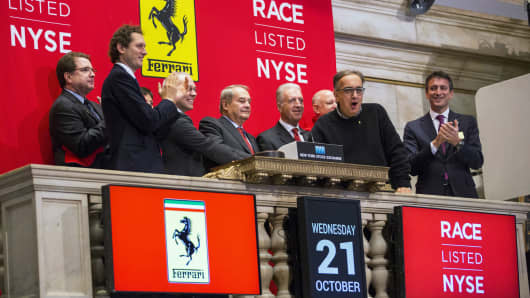 FCA Chief Executive and Ferrari Chairman Sergio Marchionne (2nd R) rings the opening bell above the floor of the NYSE for Ferrari's IPO, October 21, 2015.
