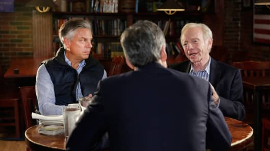 Jon Huntsman, left, and Joe Lieberman with CNBC's John Harwood at The Strange Brew in Manchester, New Hampshire.