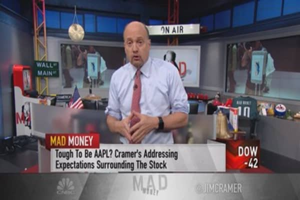 Cramer: Behind the bizarre expectations for Apple