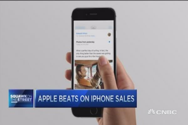 Apple beats on iPhone sales; Cook mum on projections