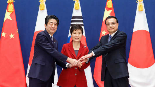 South Korean President Park Geun-Hye (C) poses with Japanese Prime Minister Shinzo Abe (L) and Chinese Premier Li Keqiang (R) at the presidential Blue House on November 1, 2015 in Seoul, South Korea.
