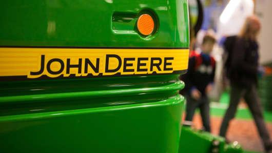 A John Deere R962i trailer crop sprayer, manufactured by Deere & Co.