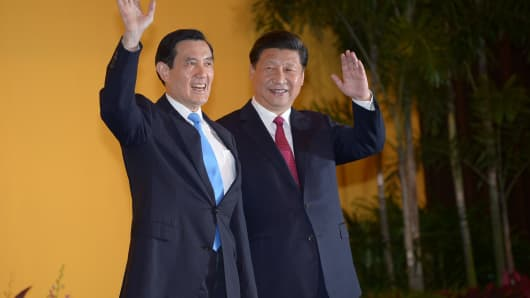 Chinese President Xi Jinping (R) shakes hands with Taiwan President Ma Ying-jeou before their meeting at Shangri-La hotel in Singapore on November 7, 2015.