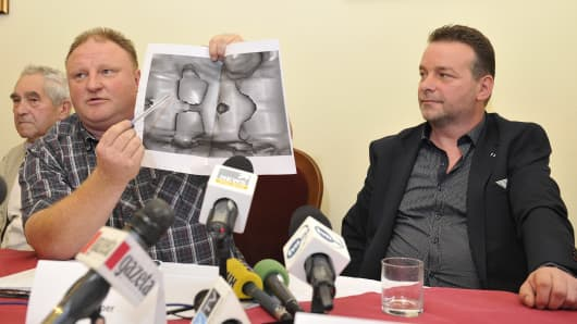 Andreas Richter (R) and Piotr Koper (L) present a ground-penetrating radar image representing according to them a World War II Nazi train during a press conference on September 18, 2015 in Struga near Walbrzych, Poland.