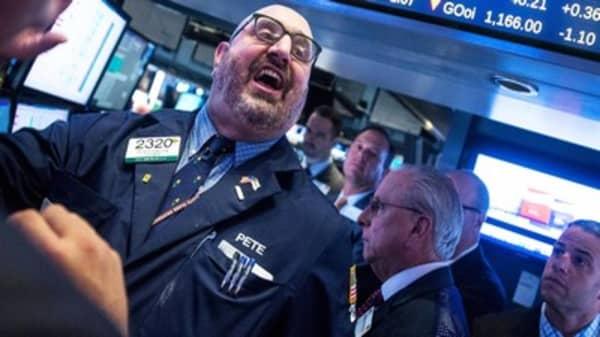 S&P 500 snaps losing streak in late surge