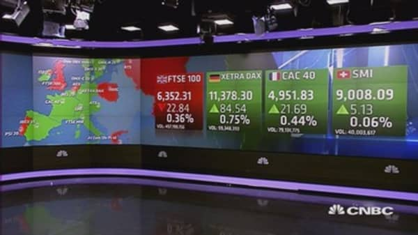 Europe ends mixed; oil, central banks eyed