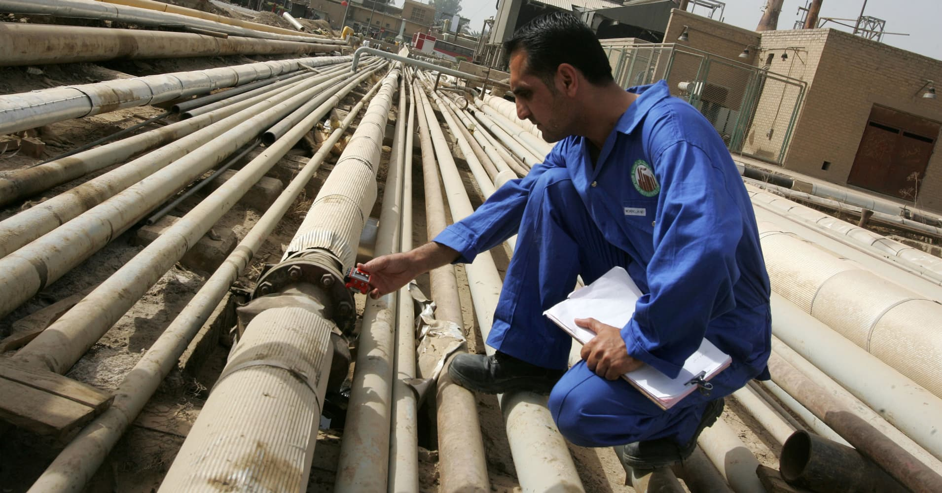 Oil prices sink as US crude stockpiles rise by 6.5 million barrels