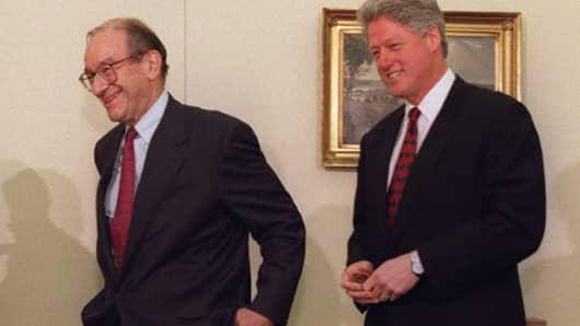 US President Bill Clinton (R) walks with Federal Reserve Board Chairman Alan Greenspan at the White House in Washington February 22, 1996.