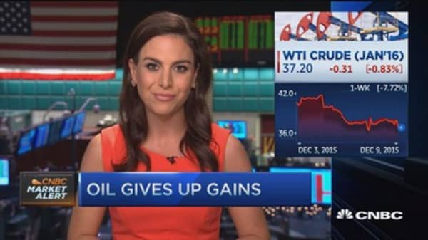 Oil sinks, XLE doesn't