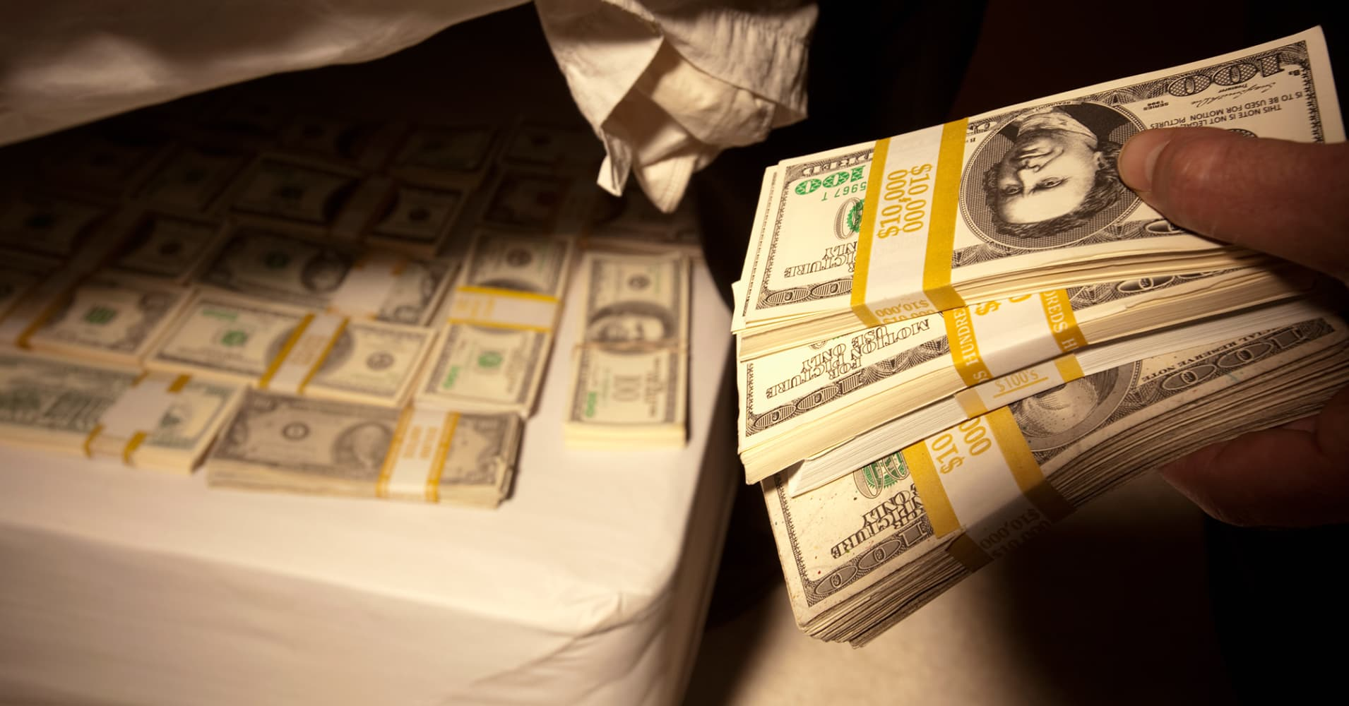 Investors flock to cash ahead of fed meeting - Nascondere soldi in casa ...
