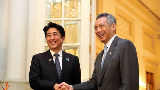 Japanese Prime Minister Shinzo Abe (Left) and Singapore Prime Minister Lee Hsien Loong (Right).