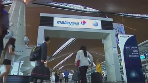 Malaysia Airlines bans, then un-bans, checked bags