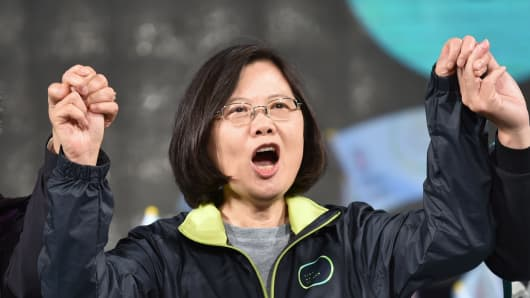 Tsai Ing-wen, presidential candidate for Taiwan's main opposition Democratic Progressive Party (DPP), joins hands with supporters during a rally in southern Kaohsiung on January 9, 2016.