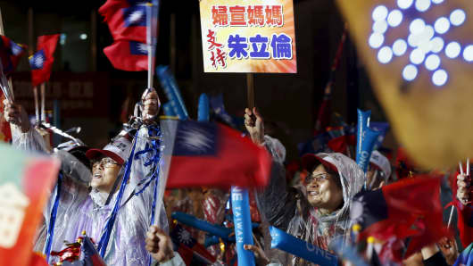People show their support for the ruling Nationalist Kuomintang Party (KMT) chairman Eric Chu during a campaign rally a day before the election in New Taipei City, Taiwan January 15, 2016.