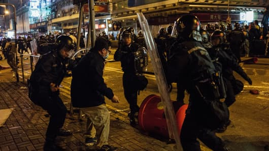 Police clash with protesters at Mong kok on February 9, 2016 in Hong Kong.