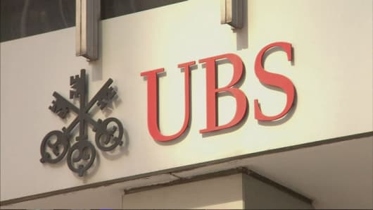 UBS puts salaries on ice