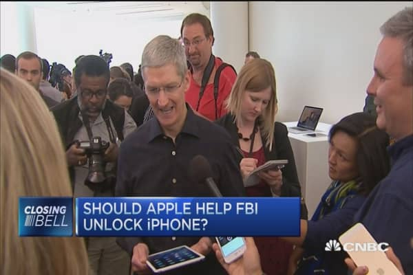 Fmr Apple chief: Tim Cook is absolutely correct